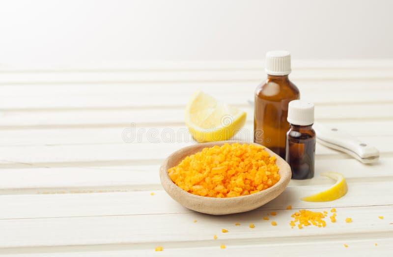 Zoute, kosmetische olie, gember en citroen voor het voorbereiden van schoonheidsmiddelen bij royalty-vrije stock afbeelding
