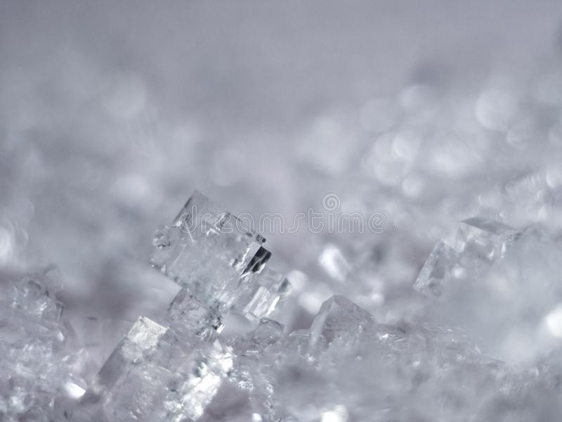 Zoute kristallen op roze achtergrond stock foto