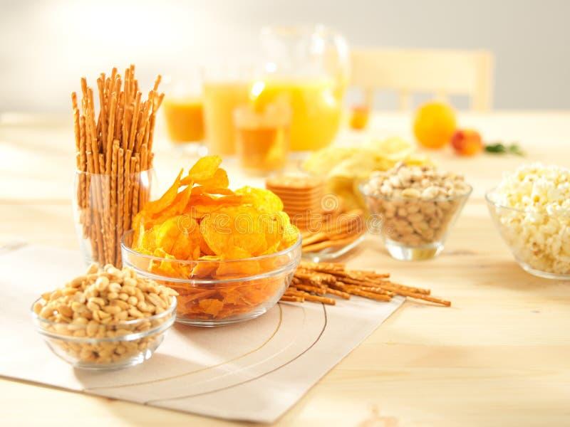 Zoute snacks. Pretzels, spaanders, pinda's, crackers. royalty-vrije stock foto