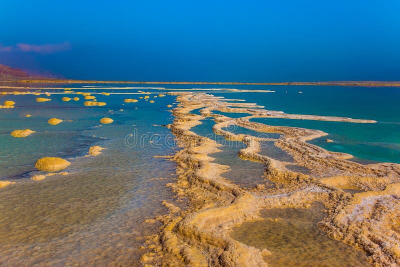 Zoute strepen in ondiep water stock foto's