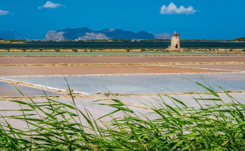 Zoute vlakten bij de natuurlijke reserve van Zoute dello Stagnone ` van ` dichtbij Marsala en Trapan, Sicilië stock afbeelding