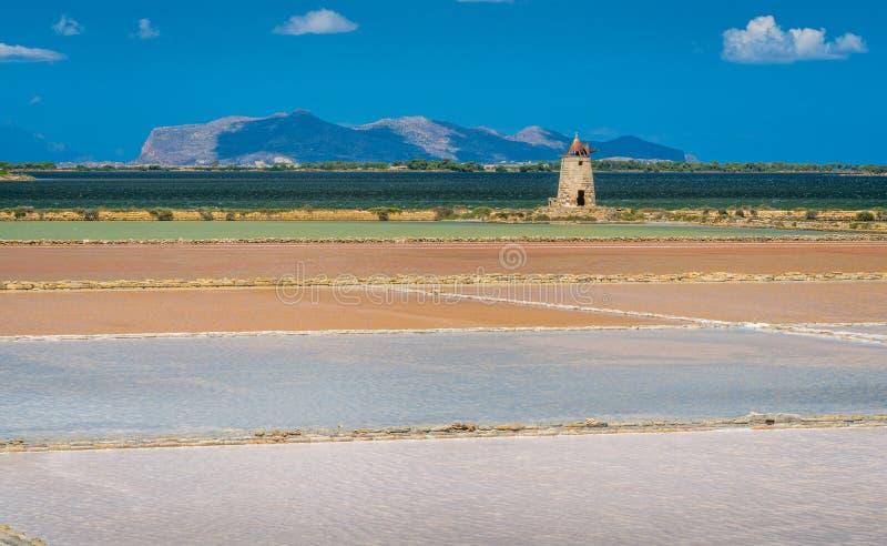Zoute vlakten bij de natuurlijke reserve van Zoute dello Stagnone ` van ` dichtbij Marsala en Trapan, Sicilië royalty-vrije stock afbeeldingen