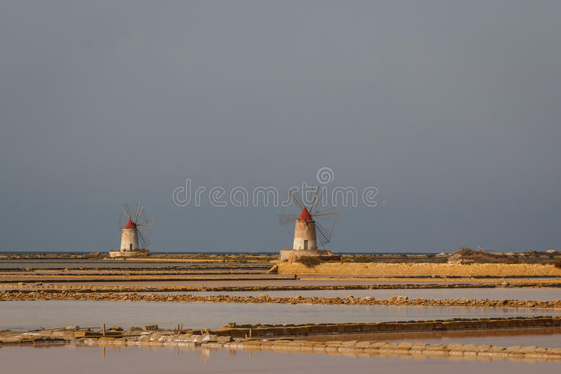 Zoute windmolens dichtbij Marsala, Sicilië royalty-vrije stock afbeeldingen