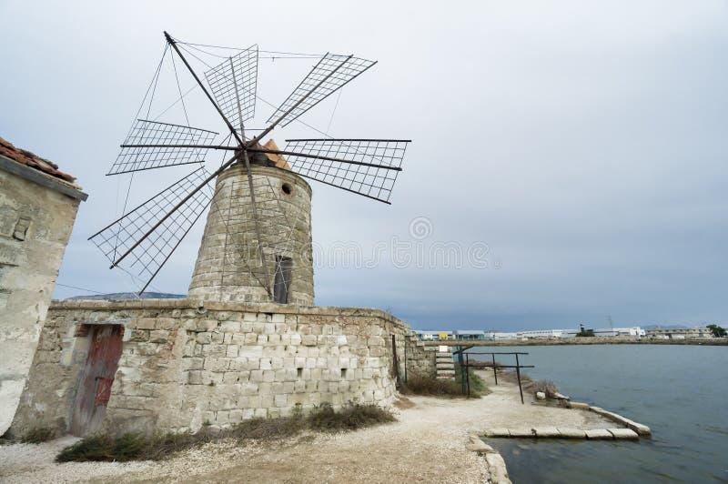Zoutmeerwindmolen in Trapan, Sicilië, Italië. stock foto