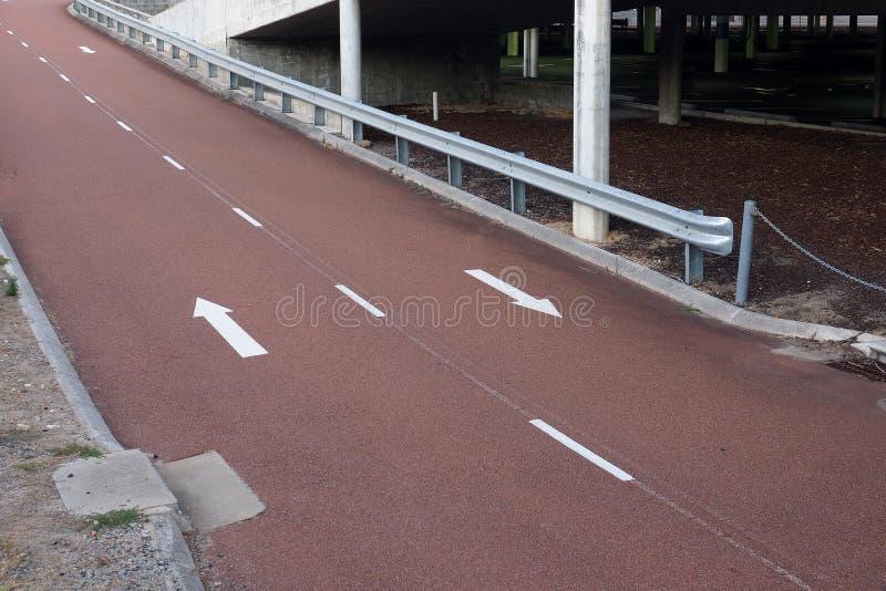 Zpath ou route rouge foncé de vélo de macadam images libres de droits
