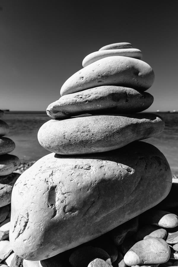 Zrównoważony Kamienny ostrosłup Na brzeg Denny harmonii I równowagi pojęcie obrazy stock