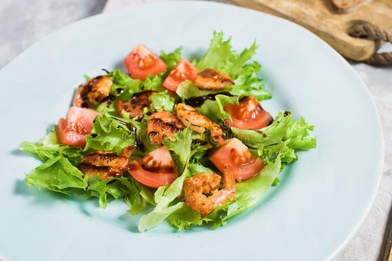 Zrównoważony zdrowy jedzenie, zielona sałatka z piec na grillu garnelą zdjęcia royalty free