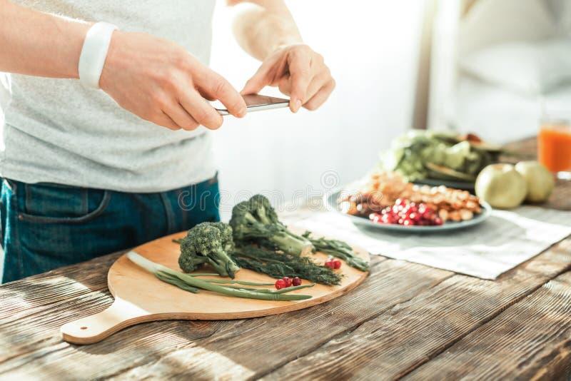 Zręcznie mądrze mężczyzna robi fotografii i kucharstwu obrazy stock