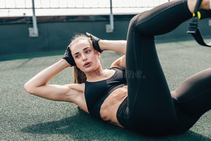 zr?b chrupni?cia kobiety Młoda kobieta robi brzusznym ćwiczeniom zdjęcia royalty free