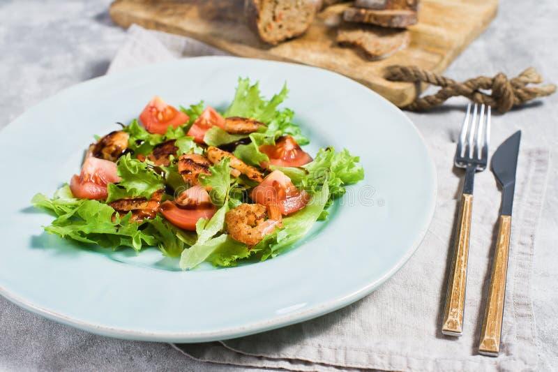 Zr?wnowa?ony zdrowy jedzenie, zielona sa?atka z piec na grillu garnel? zdjęcie stock