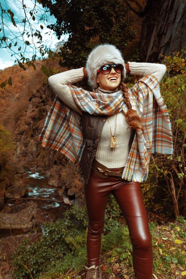 Zrelaksowana elegancka podróżnicza kobieta outdoors zdjęcia stock