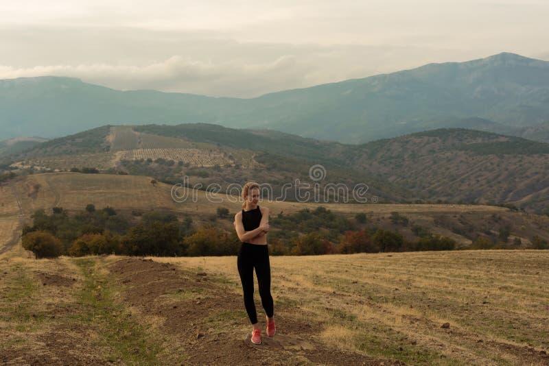 Zrelaksowana kobieta w mglistych górach obrazy royalty free