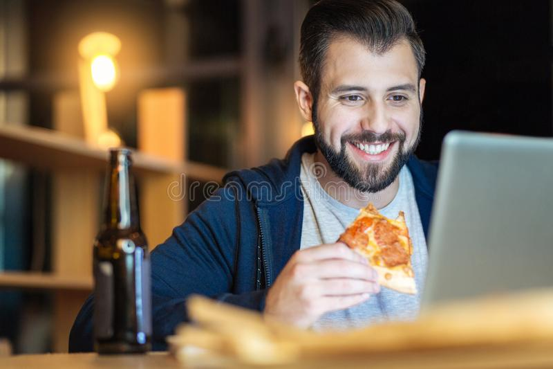 Zrelaksowana męskiej osoby łasowania pizza zdjęcia royalty free