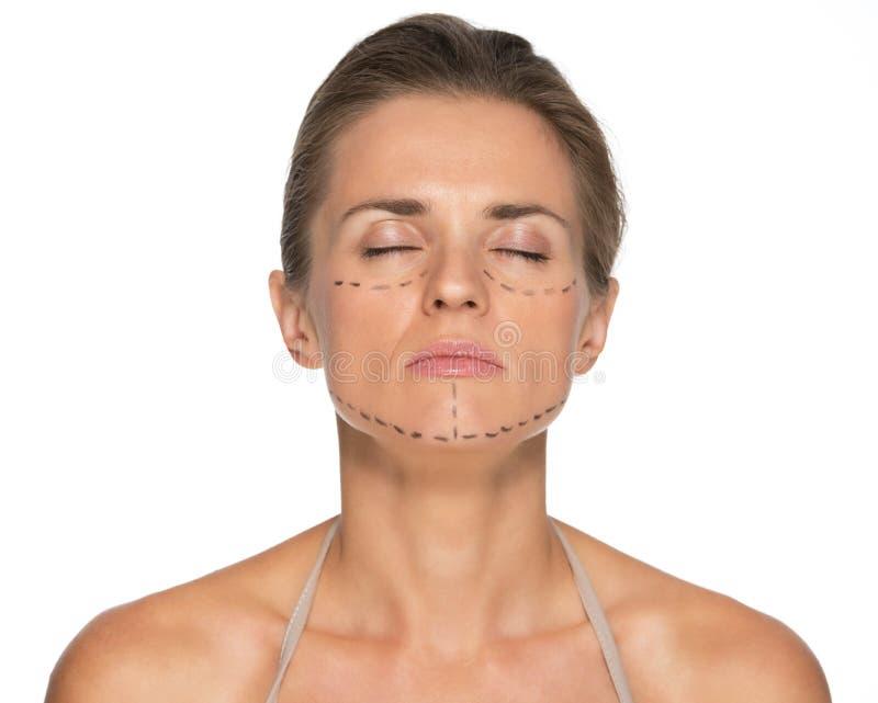 Zrelaksowana młoda kobieta z chirurgii plastycznych ocenami zdjęcia royalty free