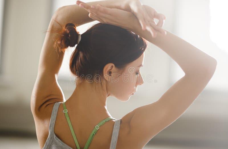 Zrelaksowana młoda sportsmenka robi joga i medytuje w studiu obraz royalty free