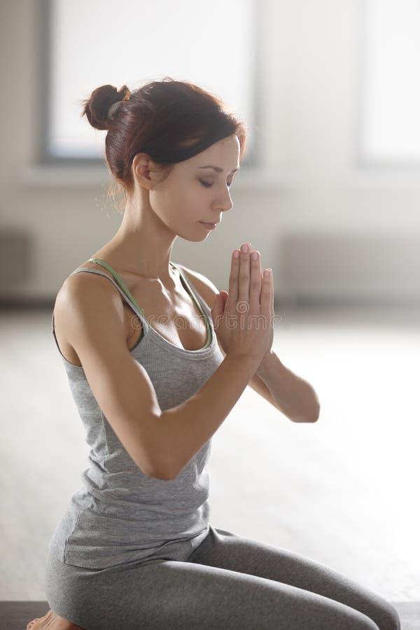 Zrelaksowana młoda sportsmenka robi joga i medytuje w studiu obraz stock