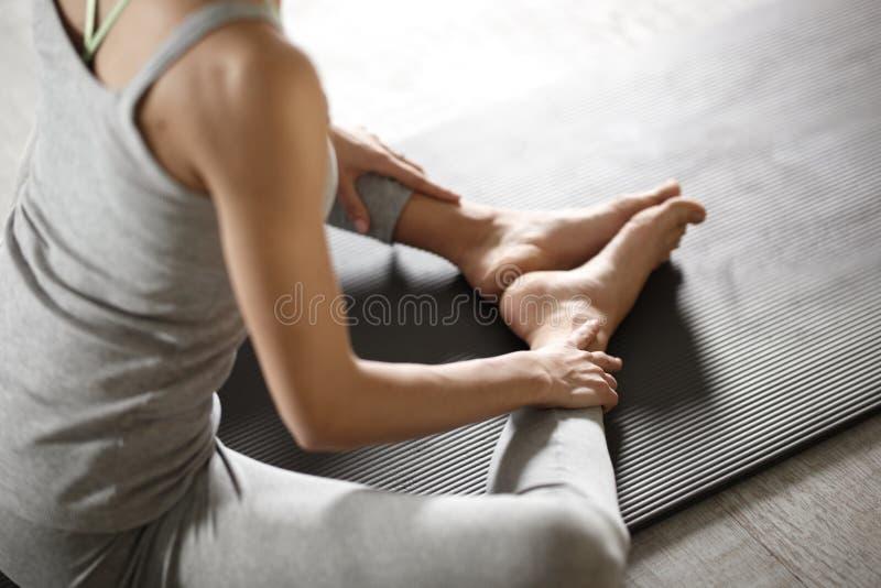 Zrelaksowana młoda sportsmenka robi joga i medytuje w studiu zdjęcia stock