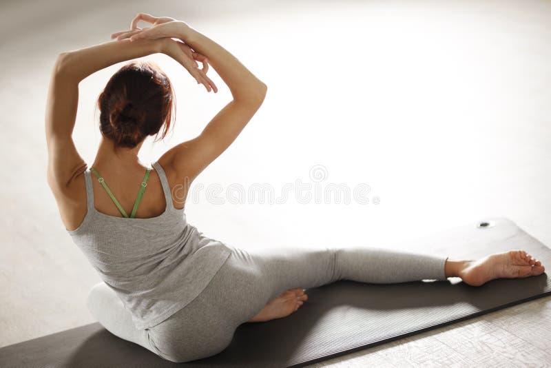 Zrelaksowana młoda sportsmenka robi joga i medytuje w studiu obrazy stock