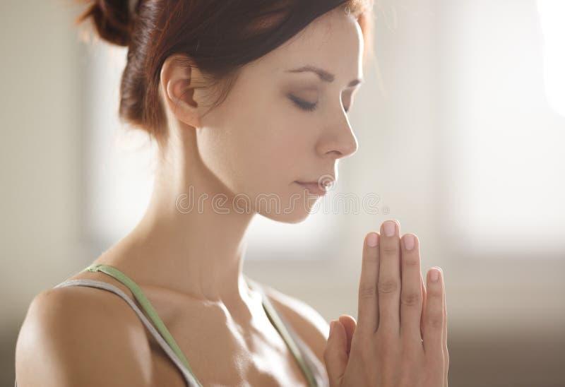 Zrelaksowana młoda sportsmenka robi joga i medytuje w studiu zdjęcia royalty free