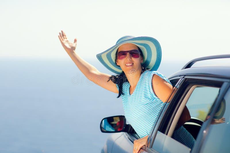 Zrelaksowana szczęśliwa kobieta na lata roadtrip podróży wakacje zdjęcie royalty free