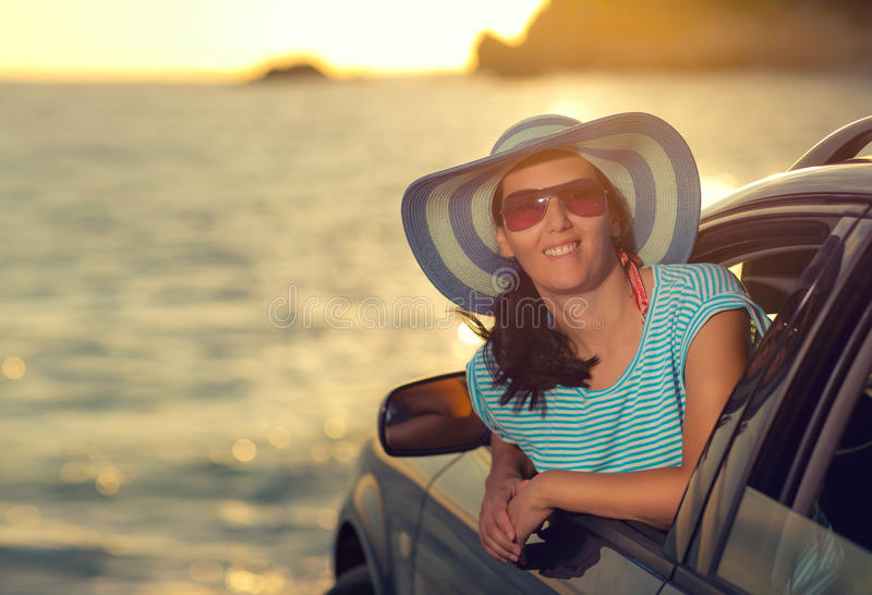 Zrelaksowana szczęśliwa kobieta na lata roadtrip podróży wakacje zdjęcia stock