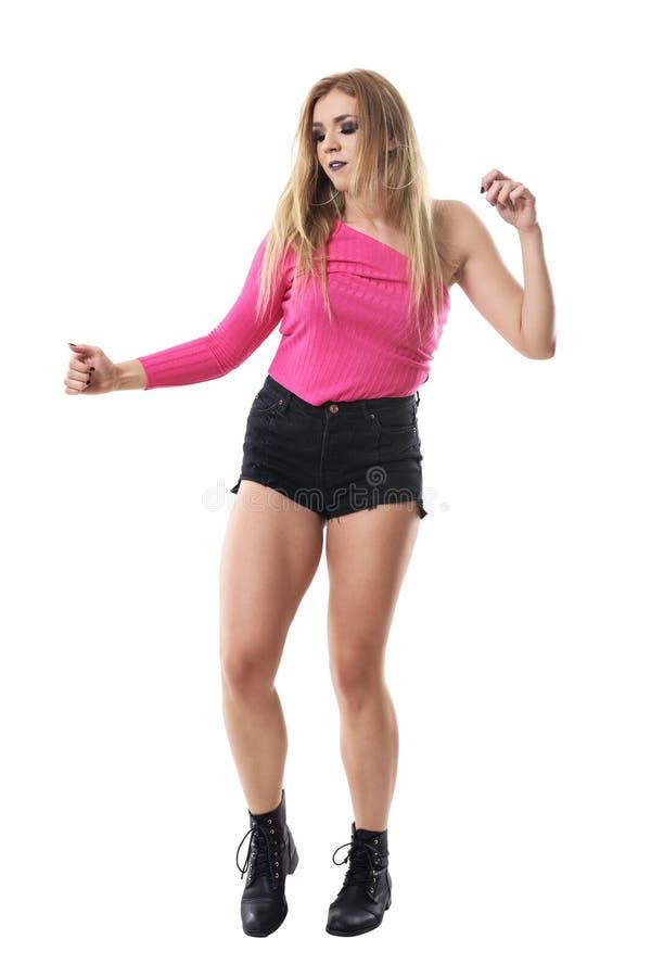 Zrelaksowanej blondynki kobiety ładny taniec w menchiach jeden ramię wierzchołek, skróty i zdjęcia stock