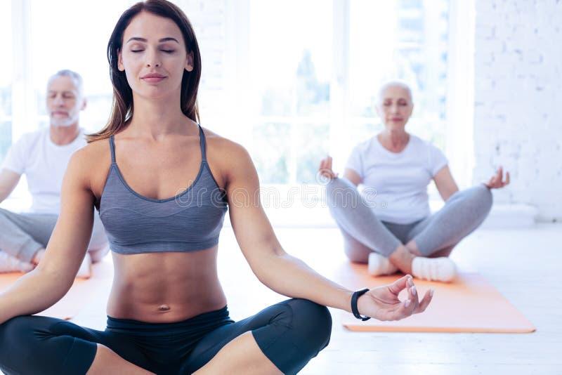 Zrelaksowani ludzie jest joga pozami obraz stock
