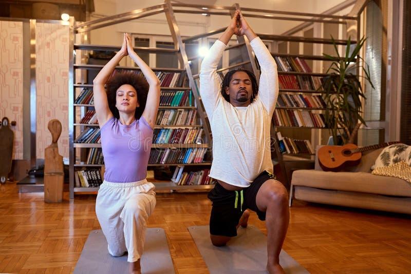 Zrelaksowanie kobiet i mężczyzn w pozycji jogi obrazy royalty free