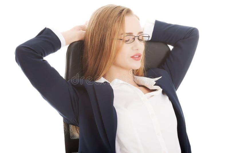 Zrelaksowany caucasian piękny biznesowej kobiety obsiadanie na krześle. obraz royalty free