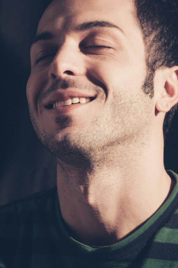Zrelaksowany i uśmiechnięty mężczyzna obrazy stock
