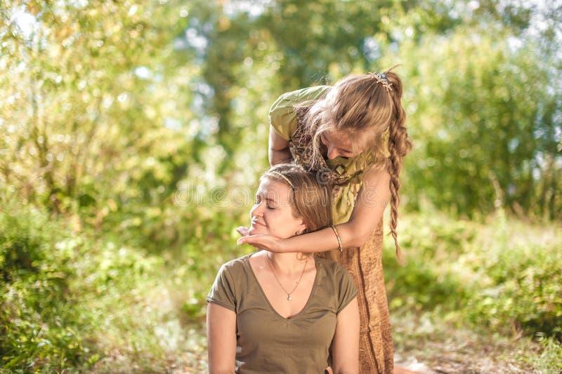 Zrelaksowany kobiety dostawania masaż w lasowej polanie zdjęcia stock