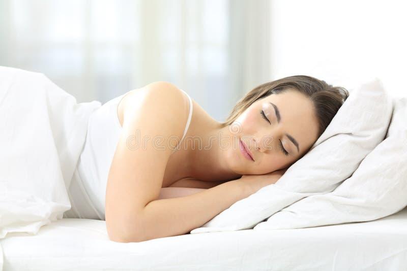 Zrelaksowany kobiety dosypianie na łóżku w domu obrazy royalty free