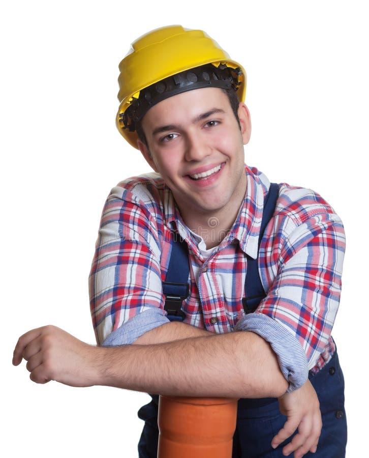 Zrelaksowany latynoski pracownik budowlany z wodną drymbą zdjęcia stock