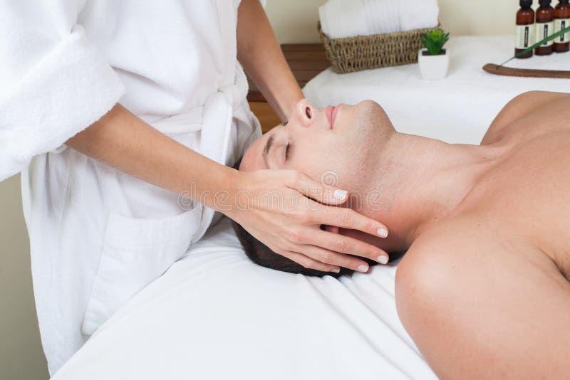 Zrelaksowany mężczyzna dostaje masaż zdjęcia stock