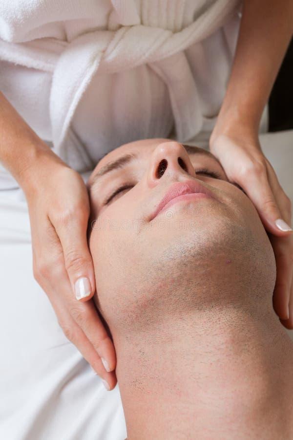 Zrelaksowany mężczyzna dostaje masaż obrazy stock
