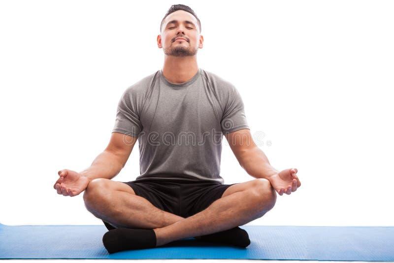 Zrelaksowany mężczyzna robi niektóre joga zdjęcia stock