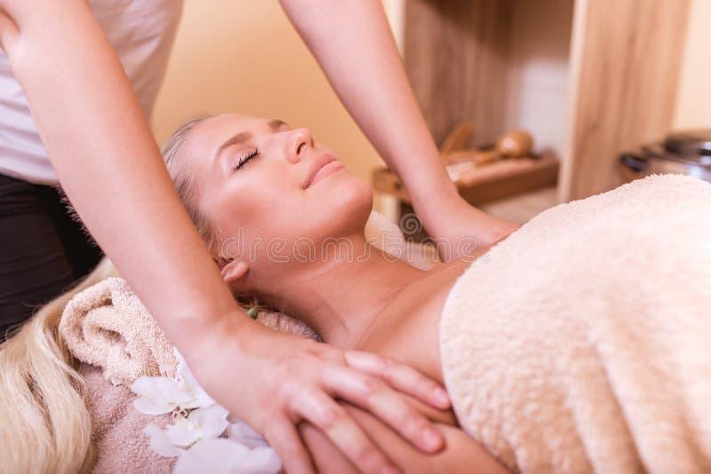 Zrelaksowany młodej kobiety dostawania masaż fotografia royalty free