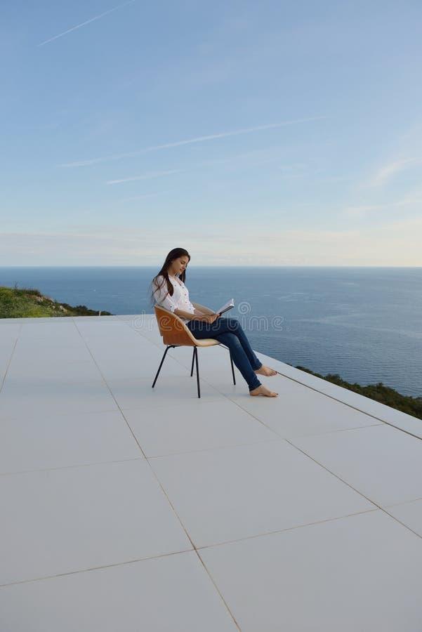 Zrelaksowany młody womant w domu obraz royalty free