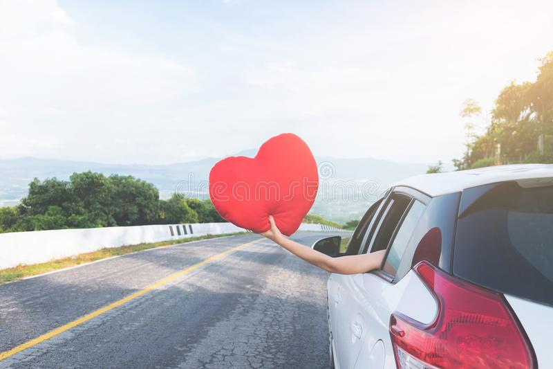 Zrelaksowany szczęśliwy podróżnik, Młoda piękna azjatykcia gilr mienia czerwień on fotografia stock