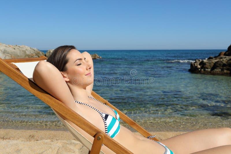 Zrelaksowany turysta cieszy się plaża wakacje na hamaku obraz stock