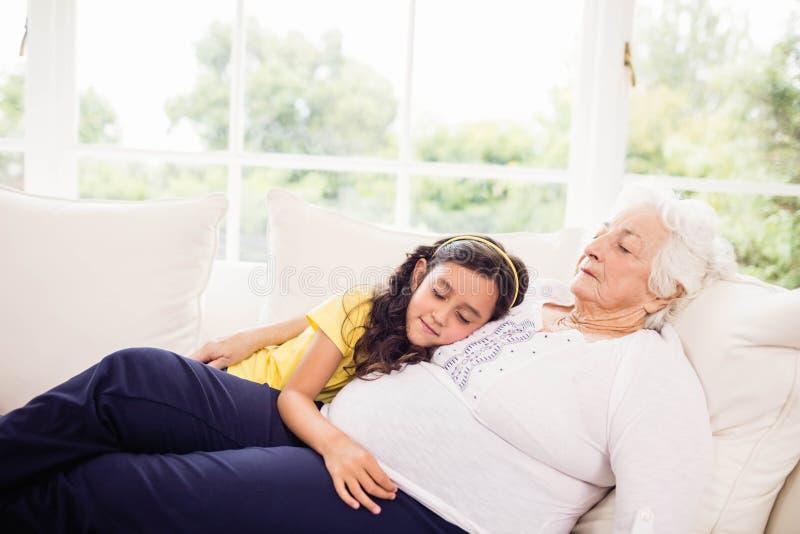 Zrelaksowany wnuczki i babci drzemanie obraz royalty free