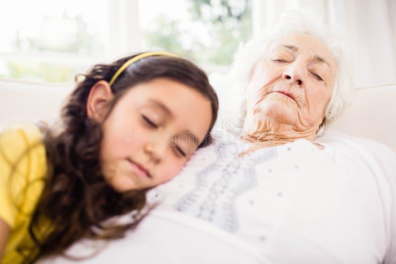 Zrelaksowany wnuczki i babci drzemanie zdjęcia royalty free
