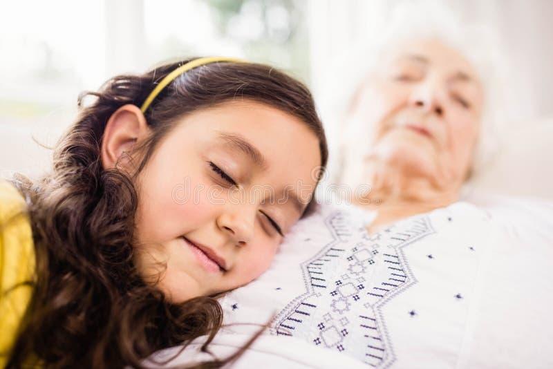 Zrelaksowany wnuczki i babci drzemanie zdjęcia stock