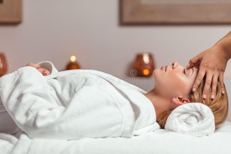 Zrelaksowany wspania?y lying on the beach w bathrobe i dostawa? twarzowego masa? zdjęcie stock