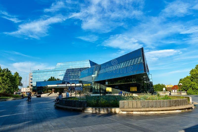 Zrenjanin śródmieście, miasto architektura, miastowy krajobraz Centrum Handlowe «zakupy rodzina «na magistrali obraz stock