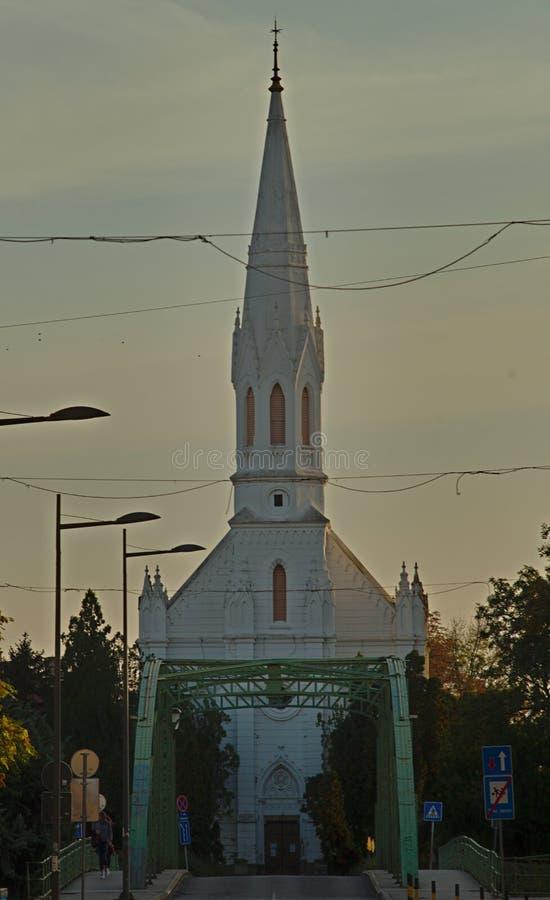 ZRENJANIN, SERBIA, el 14 de octubre de 2018 - iglesia católica blanca imagen de archivo libre de regalías