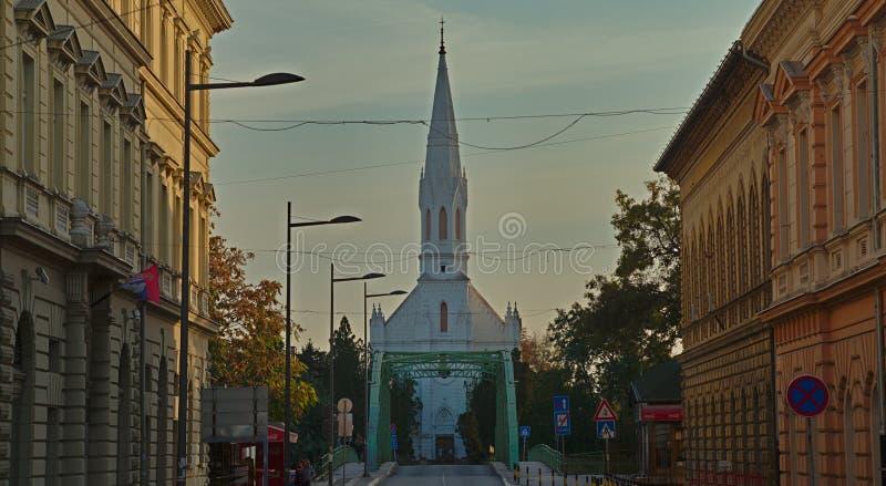 ZRENJANIN, SERBIA, el 14 de octubre de 2018 - iglesia católica blanca imagen de archivo