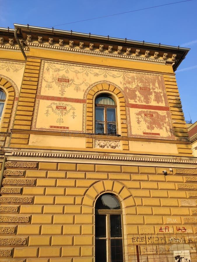 Zrenjanin Serbie façade en ruines jaunes de la maison photos stock