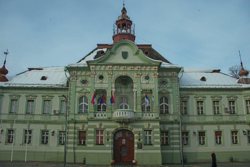 ZRENJANIN, SERBIE, le 22 décembre 2018 - hôtel de ville sur la place principale image stock