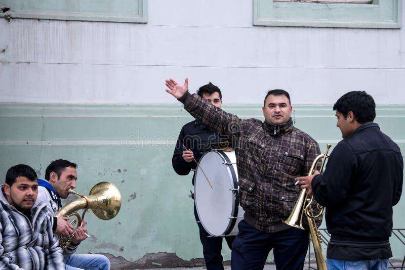 ZRENJANIN SERBIEN - FEBRUARI 28, 2015: Roma musikmusikband som repeterar för en bröllopkapacitet royaltyfri bild